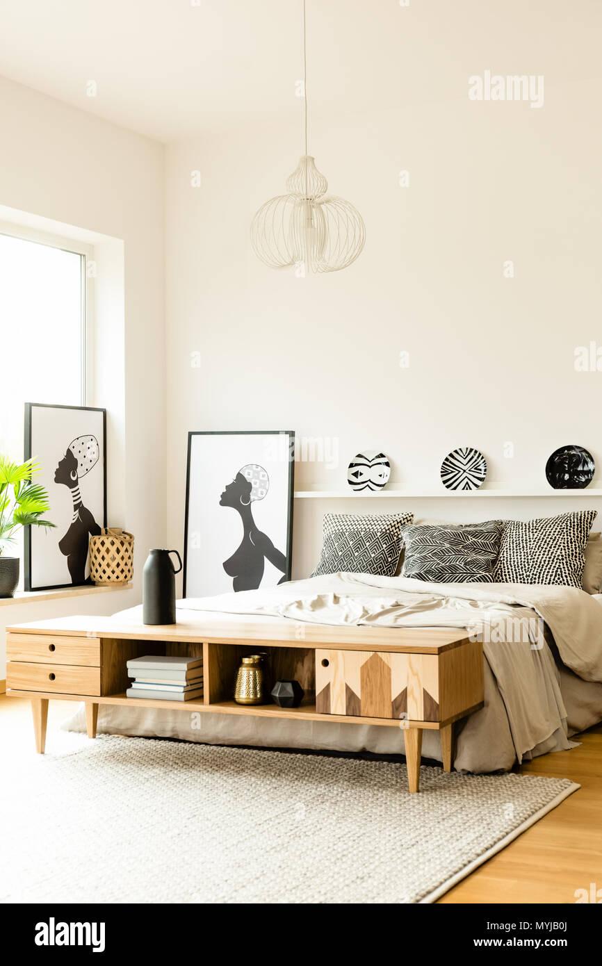 Piastre modellato sopra il letto in camera da letto boho ...