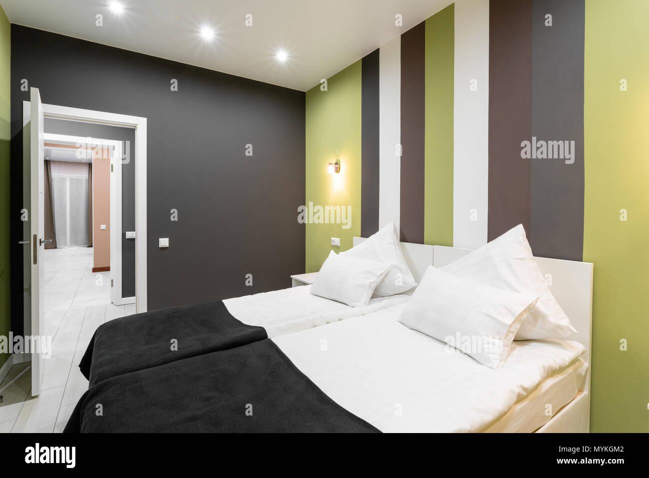 Hotel camera standart. moderna camera da letto con cuscini bianchi