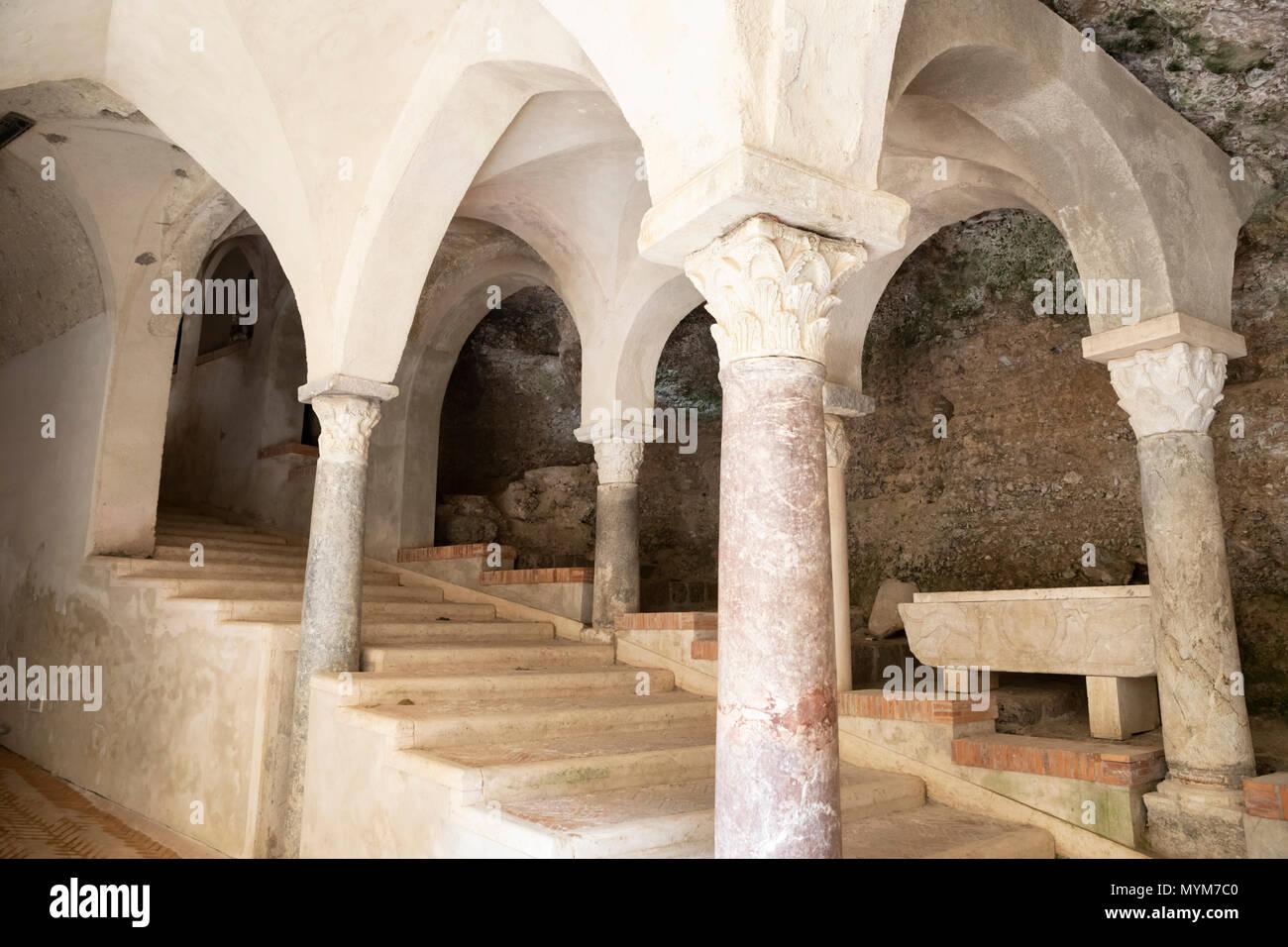 Scala della metropolitana da il chiostro dell'abbazia benedettina della SS Trinità che è casa di monaci benedettini dell Ordo Cavensis, Corpo di Cava Immagini Stock