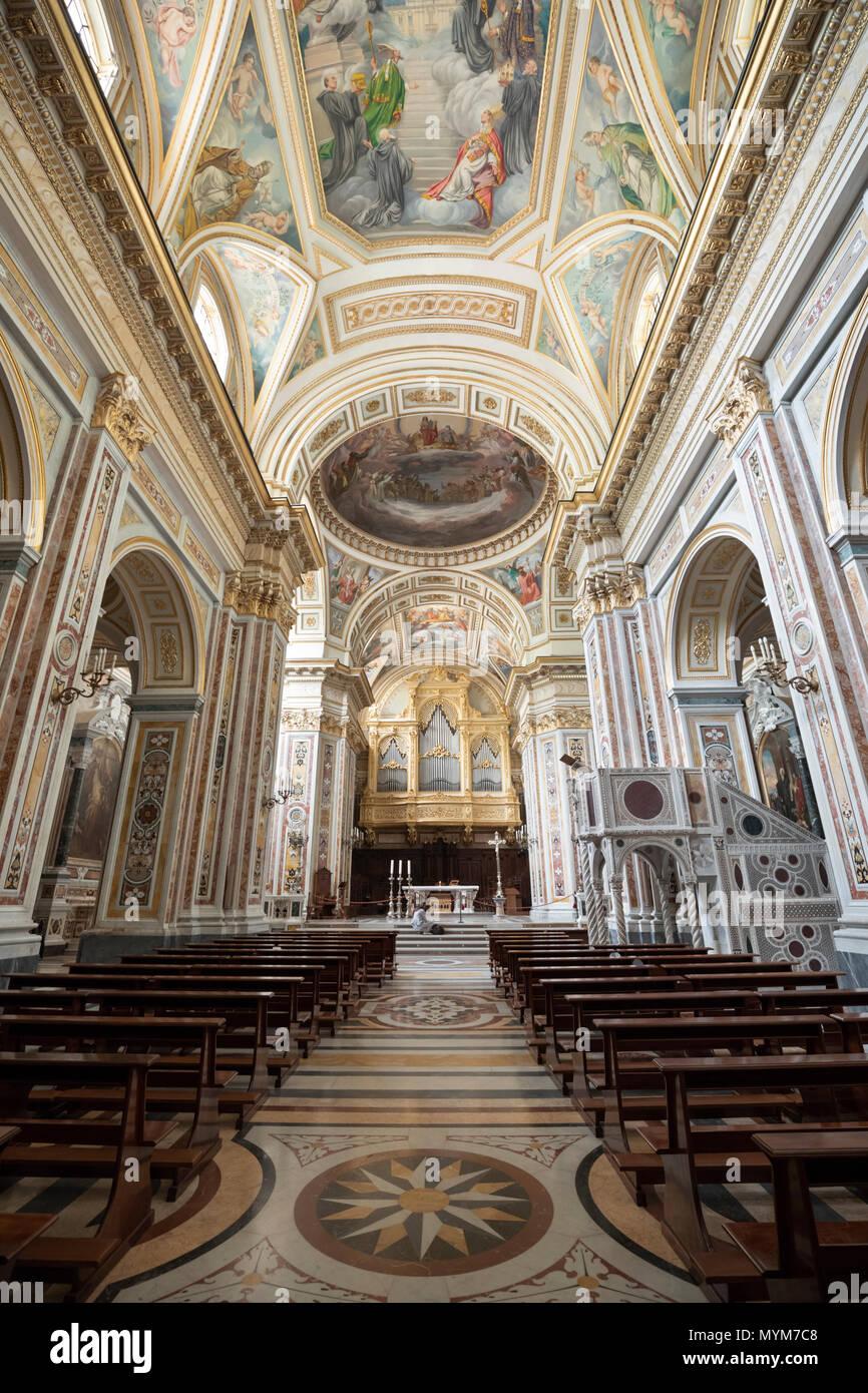 La navata centrale della abbazia benedettina della SS Trinità che è casa di monaci benedettini dell Ordo Cavensis, Corpo di Cava, Campania, Italia, Europa Immagini Stock