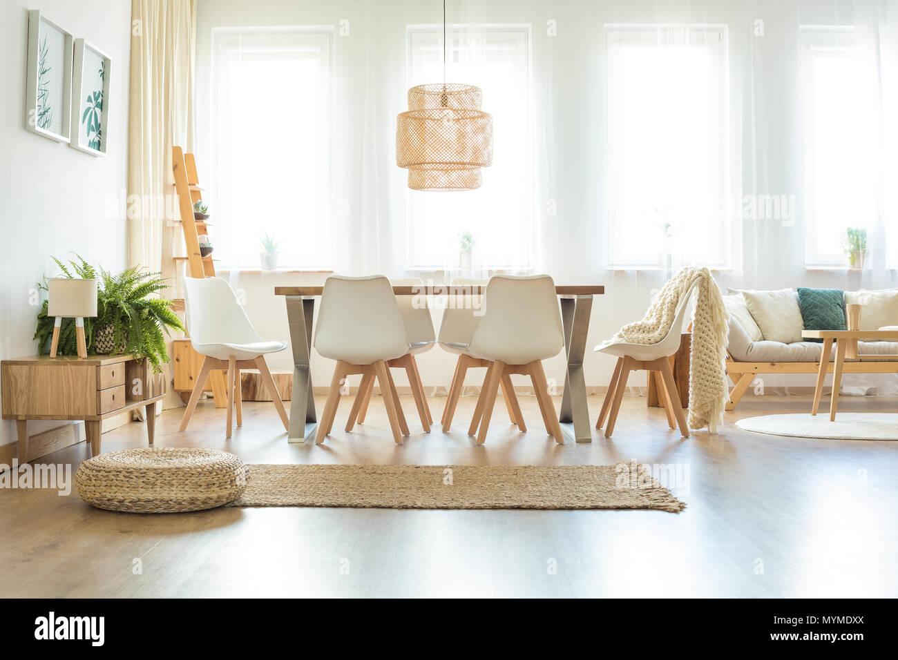 Lampade Sopra Tavolo Da Pranzo pouf e moquette marrone nella spaziosa e luminosa sala da