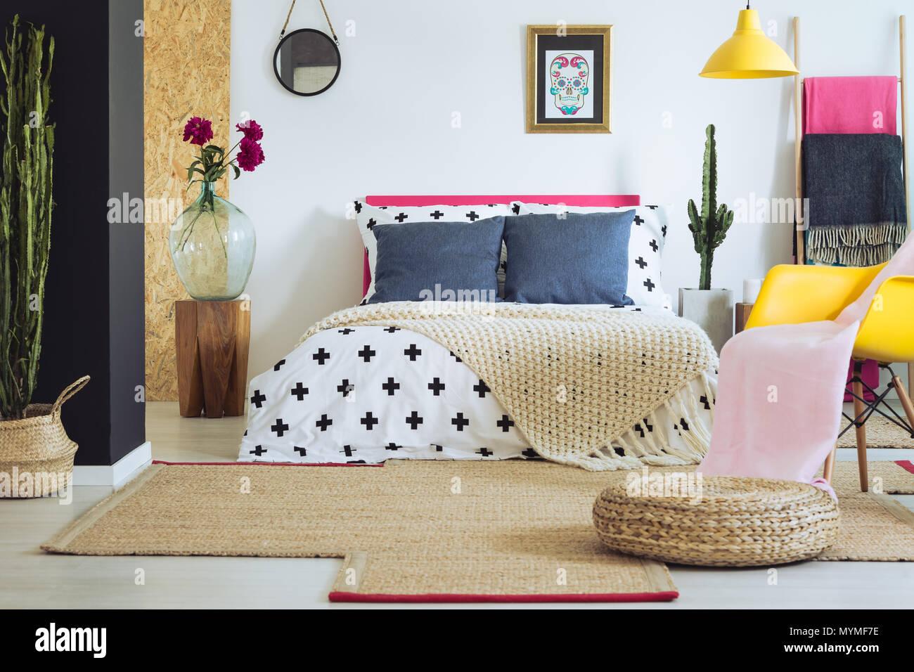 Sono vividamente multicolore di camera da letto con pareti bianche ...