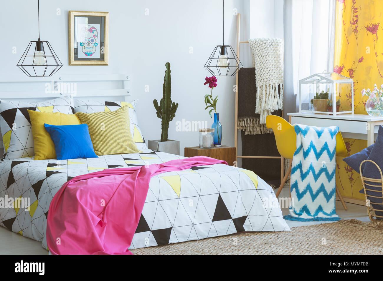 Camera da letto colorata con poltrona di colore giallo e il terrario ...