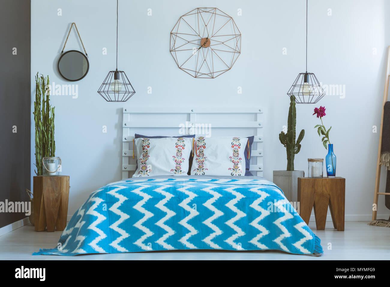 Camera da letto con accessori industriali, orologio di rame ...