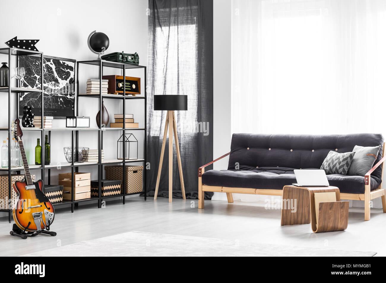 Divano Nero Cuscini : Tavolo in legno nero e divano con cuscini in bright ragazzo sala