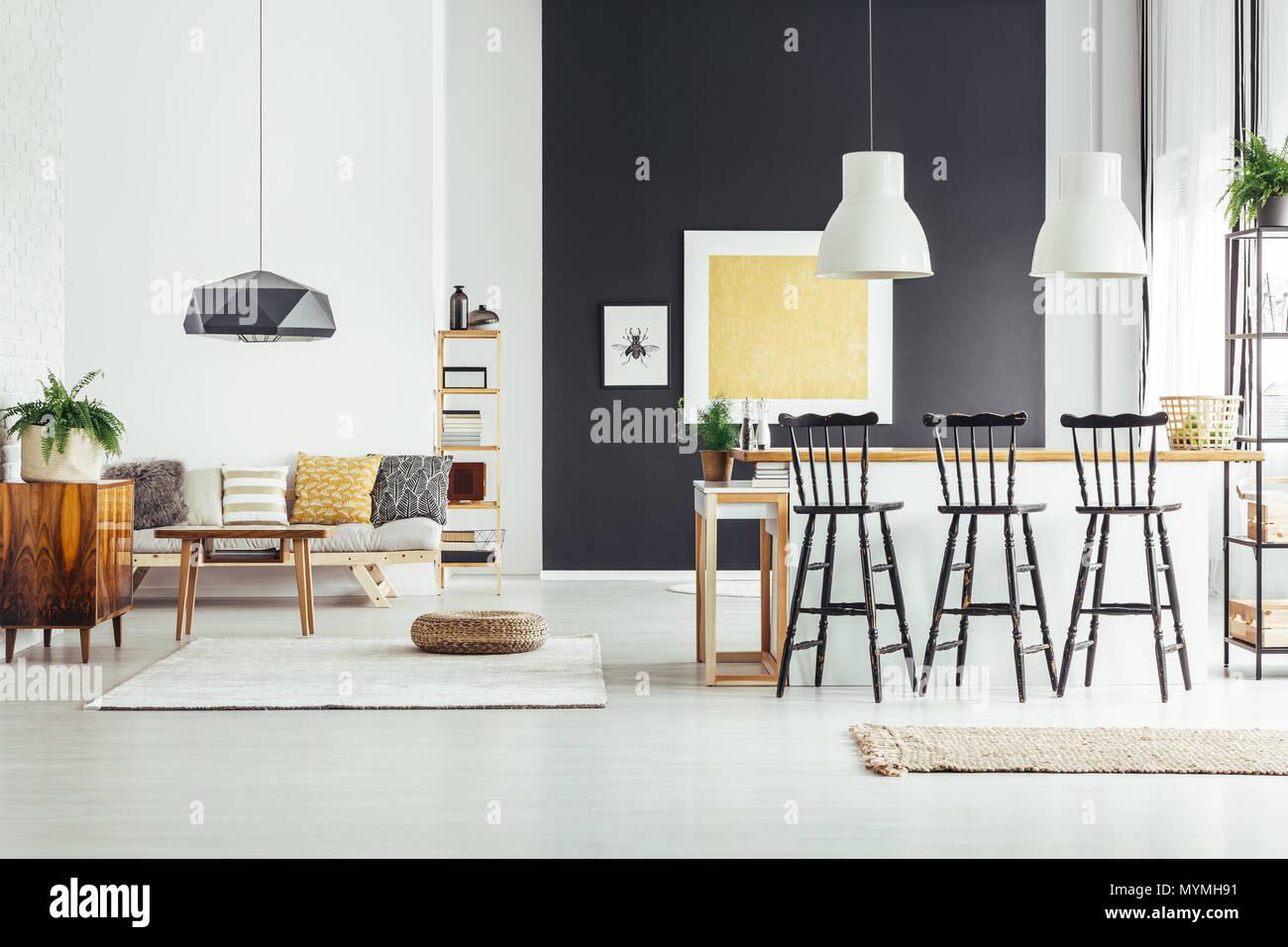 Barra nera sgabelli al bancone di isola per cucina in interni