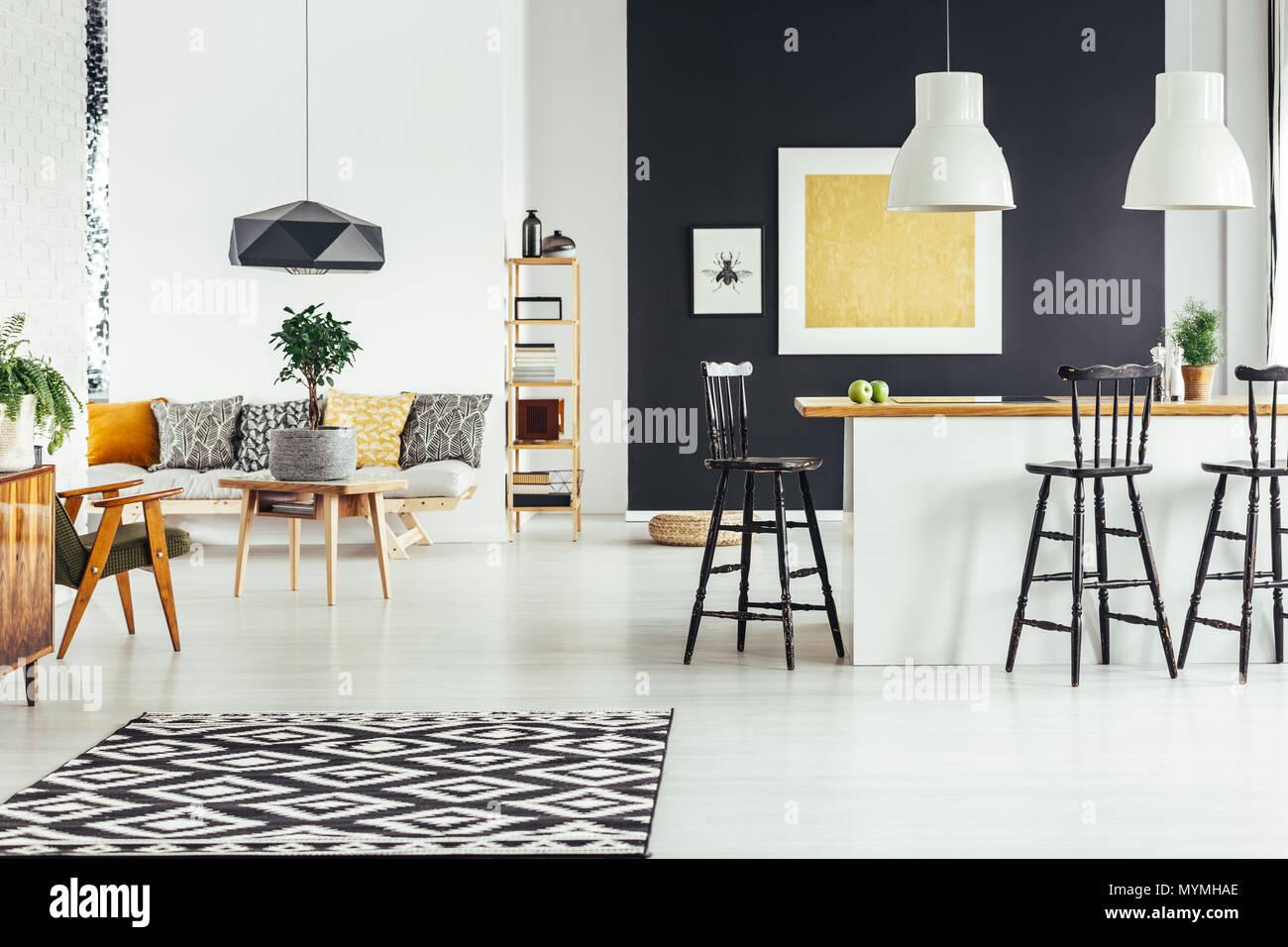 Nero lampada progettata al di sopra di classico tavolo in legno