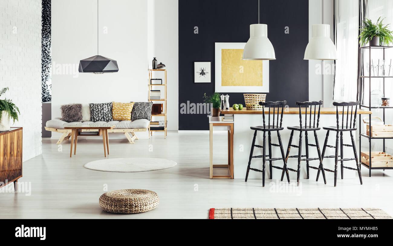 Cuscini modellato sul divano beige rétro sala da pranzo con pouf e