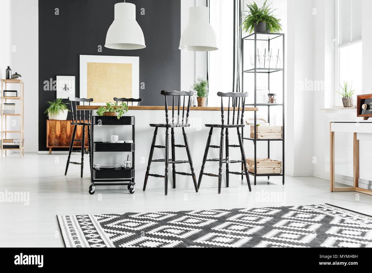 Bianco e nero tappeto geometrico in cucina rustica con sgabelli da