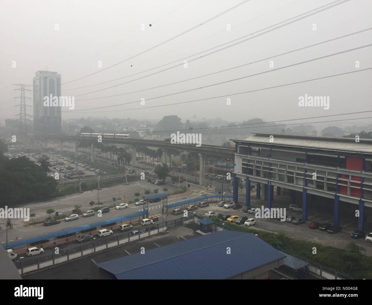 Petaling Jaya, Malesia - 3 Ottobre 2015 : Kuala Lumpur sta sperimentando  malsana nebuloso condizioni meteo da aprire fonti di masterizzazione nella  regione Credito: Chung Jin Mac / StockimoNews/Alamy Live News Foto stock -  Alamy