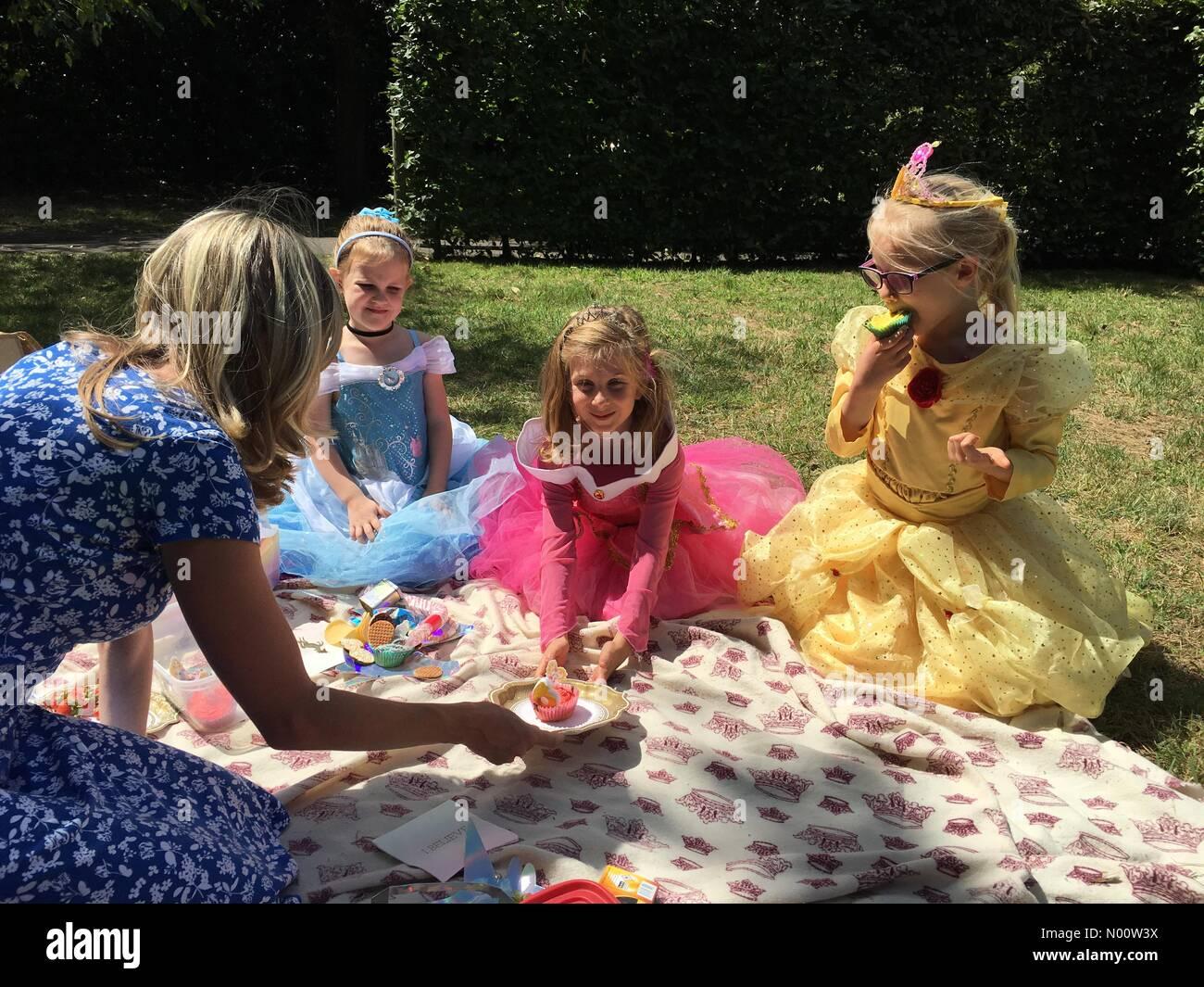 Hampton Court, Greater London, England Regno Unito 28 luglio 2018 Cecily (in rosa) da Londra diventa di sei anni oggi presso i Giardini di Hampton Court Palace. (Scritto il permesso dei genitori concesso) Foto Stock