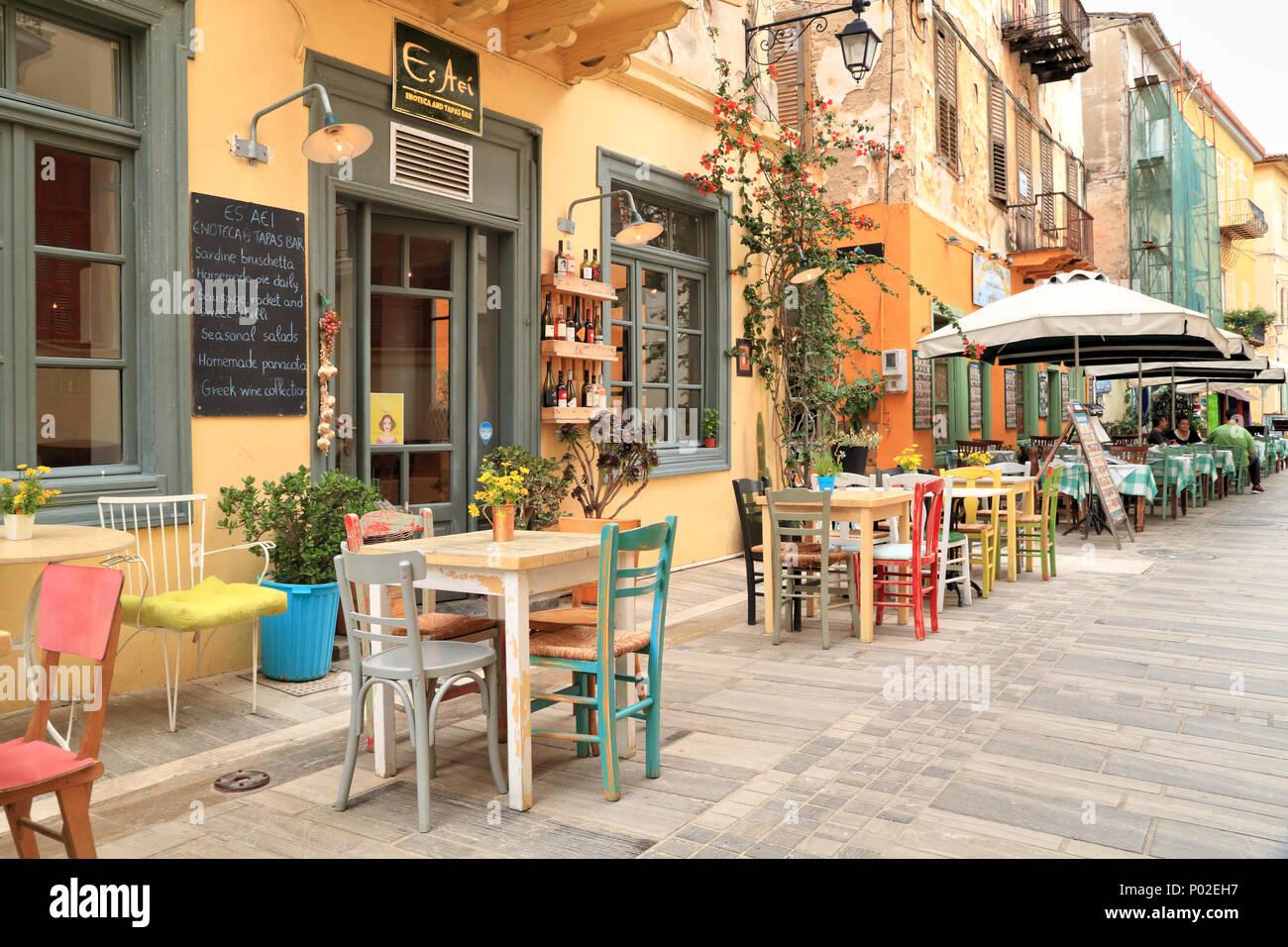 Caffè greco bar, 'Es Aei', enoteca e tapas bar e colorati di Nafplio wine bar, Grecia Foto Stock