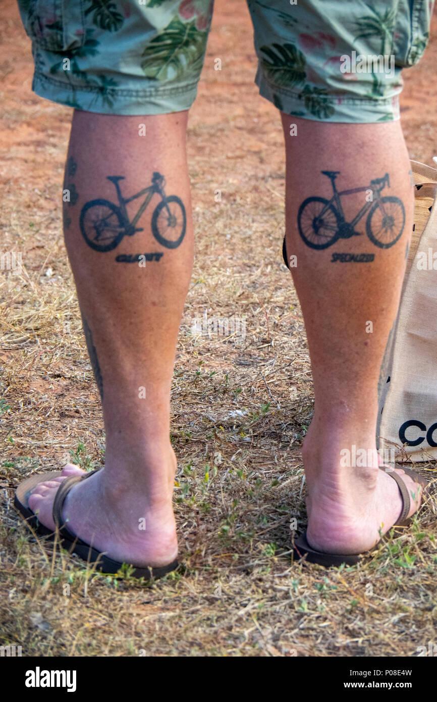 Un Uomo Di Muscoli Del Polpaccio Tatuato Con Un Gigante Di