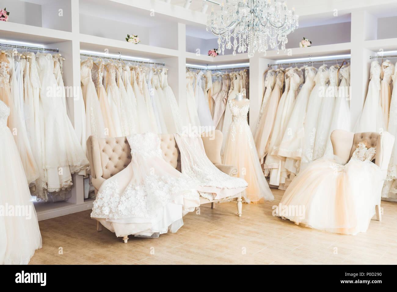 Atelier Di Abiti Da Sposa.Bellissimi Abiti Da Sposa Su Appendiabiti In Atelier Di Nozze Foto