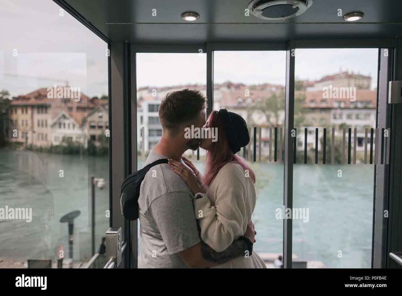 Coppia giovane in amore kissing mentre godendo bellissimo paesaggio urbano di Berna e il lago Immagini Stock