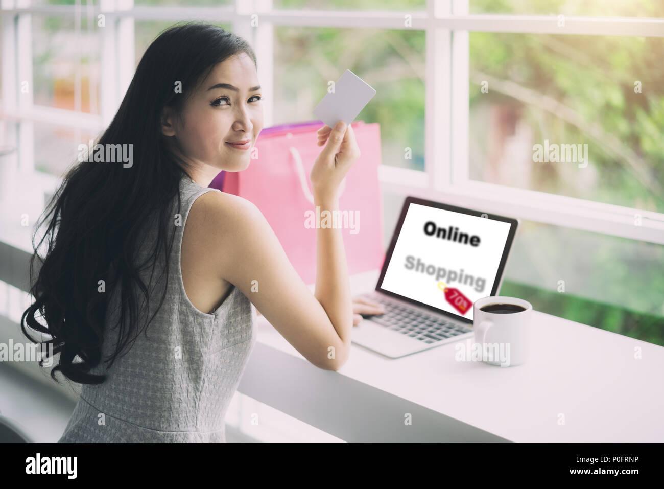 best sneakers 1eb99 92265 Shopping donna asiatica che mostra carta di credito per gli ...