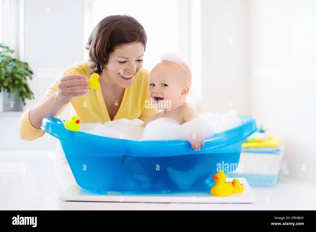 Vasca Da Bagno Bambini : Happy baby prendere un bagno a giocare con le bolle di schiuma