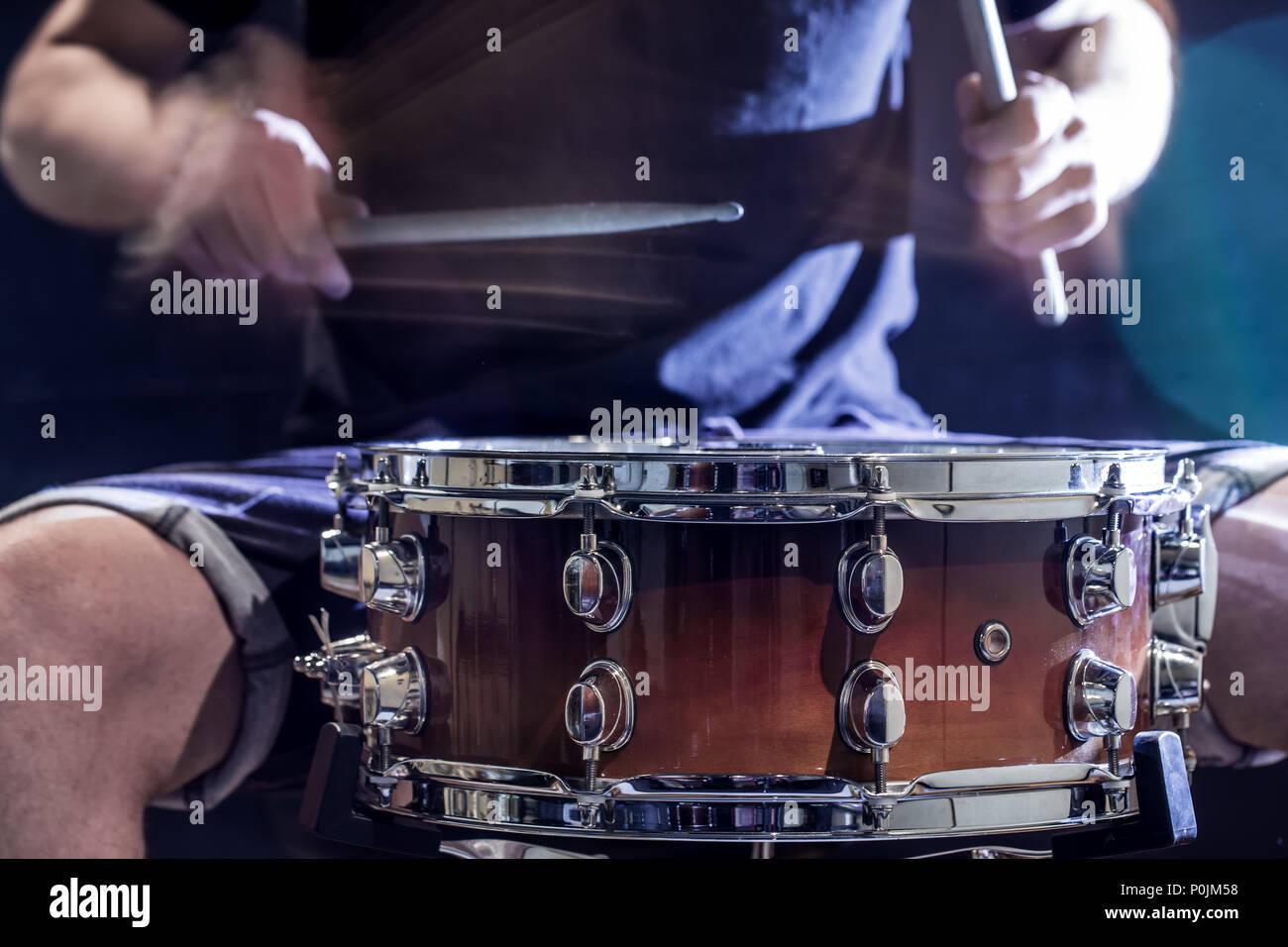 Luomo gioca musicale strumento a percussione con bastoni un