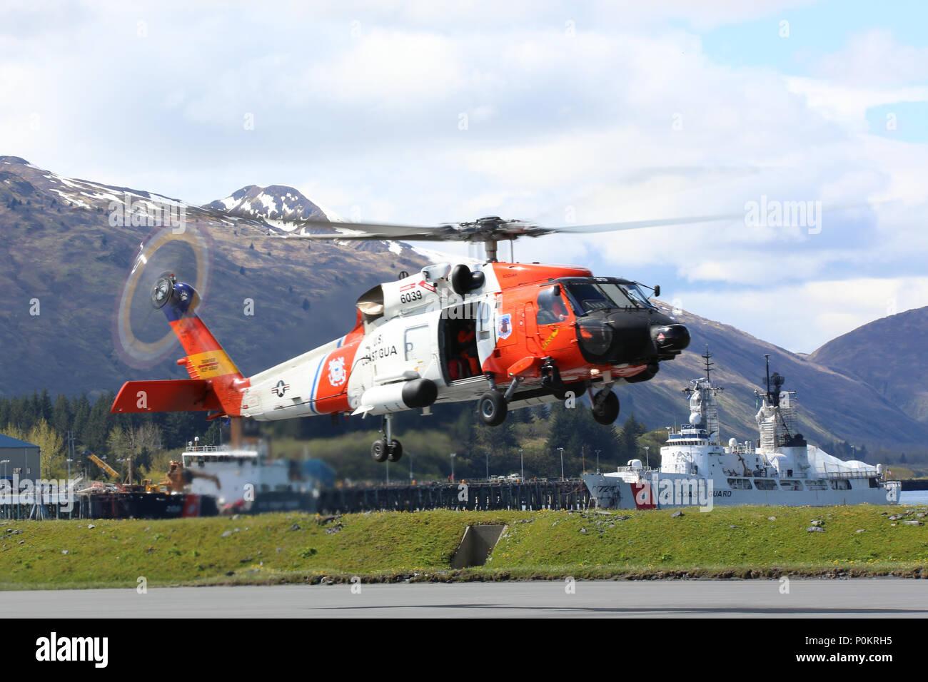 Una guardia costiera Stazione aria Kodiak MH-60 elicottero Jayhawk ...