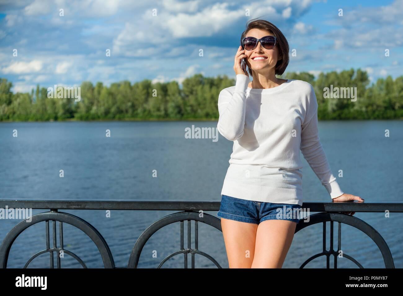 Adulto Bella Donna Sorridente Parlando Al Telefono Il Fiume Di