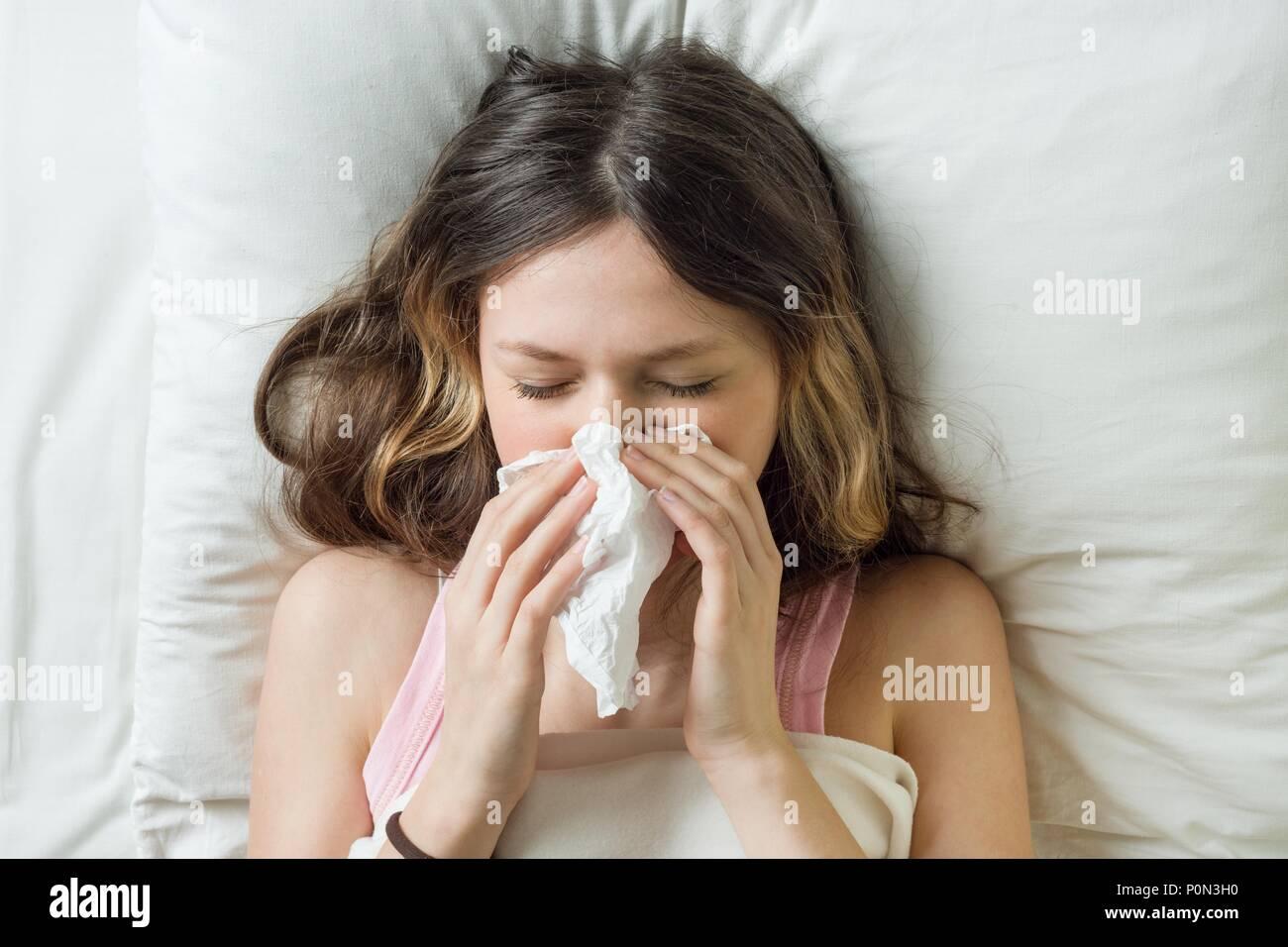 Camera Da Letto Fredda fredda stagione influenzale, naso che cola. malata su letto