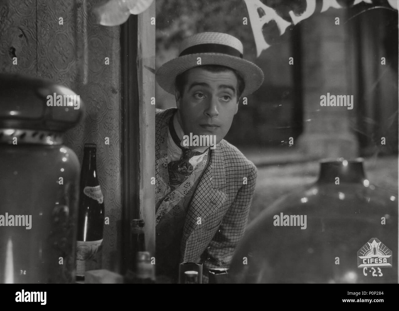 Pellicola originale titolo: EL FANTASMA Y DOÑA JUANITA. Titolo inglese: EL FANTASMA Y DOÑA JUANITA. Regista: RAFAEL GIL. Anno: 1945. Stelle: ANTONIO CASAL. Credito: CIFESA / Album Immagini Stock