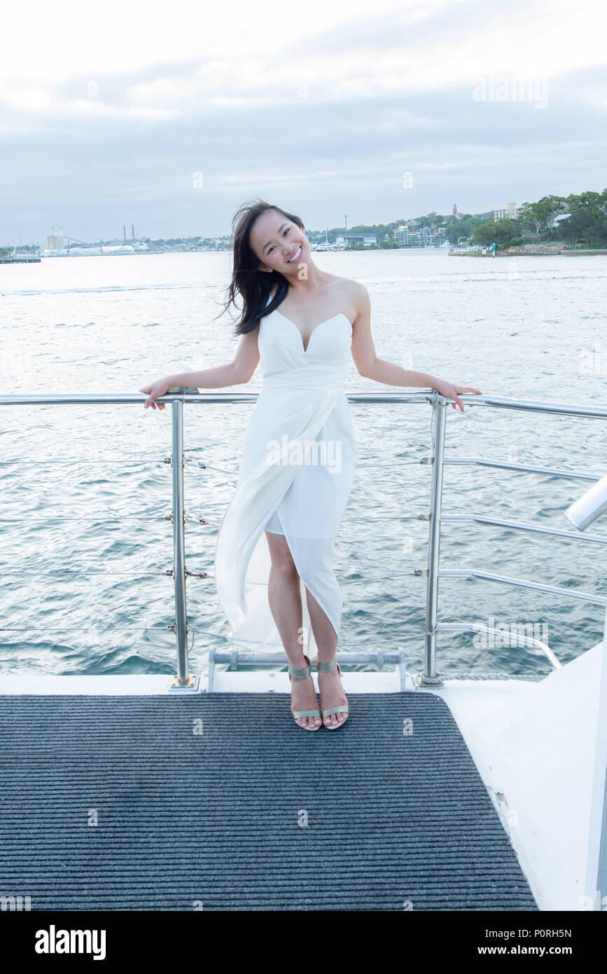 41cbc09d5705 Bella donna su una barca in abito bianco Foto   Immagine Stock ...