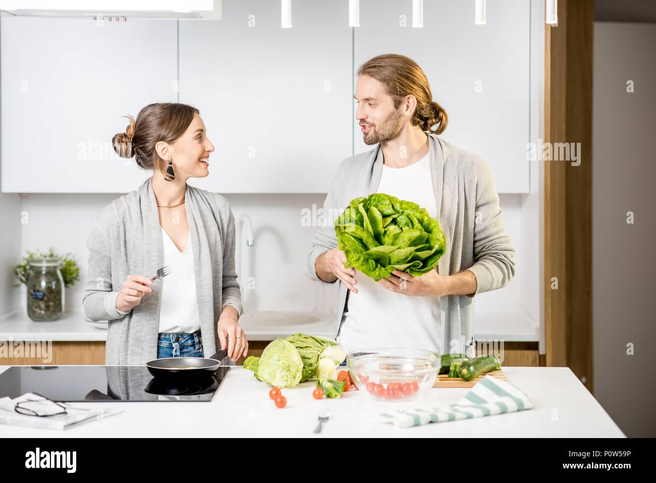Paio di cottura degli alimenti in cucina home Immagini Stock