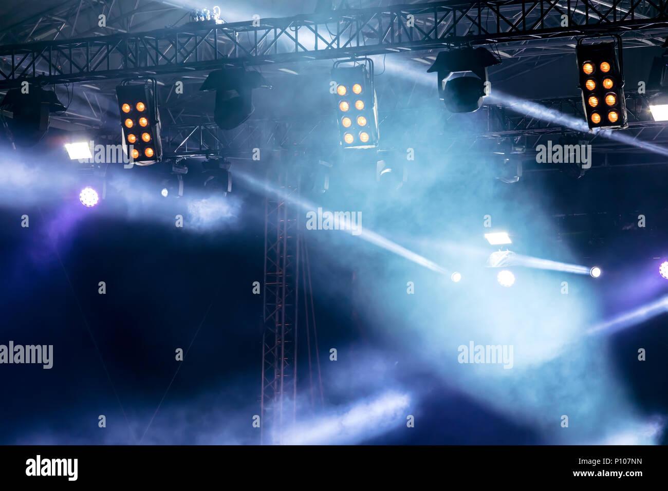 Luci da palco durante un concerto rock blu il fulmine e il fumo