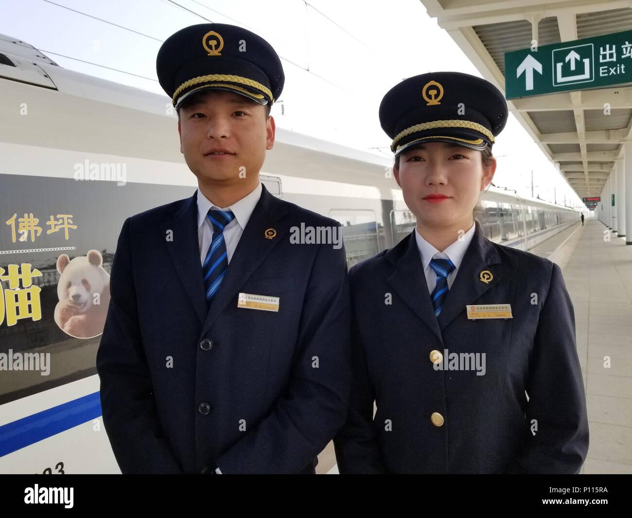 2 Cinese professionisti del treno con il treno ad alta velocità in Xian, Provincia di Shaanxi, Cina Immagini Stock