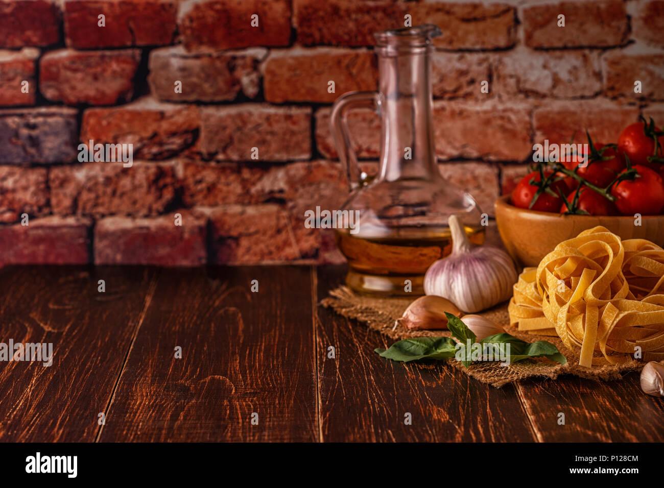 Prodotti per la cucina - pasta, pomodori, aglio, olio di oliva e ...