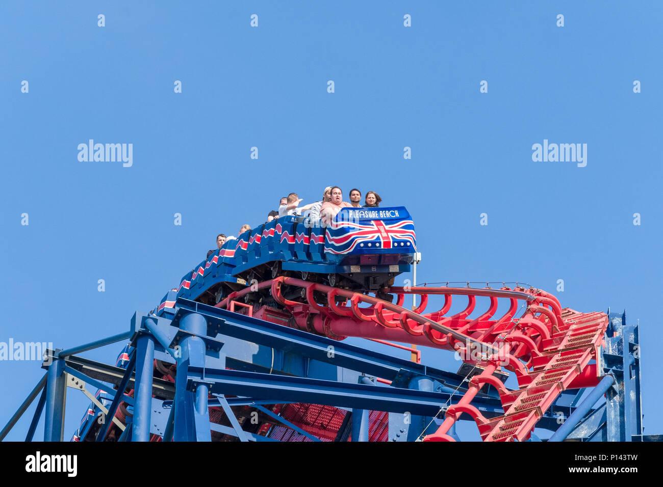 Persone in cima al Big One roller coaster, Blackpool Pleasure Beach, Lancashire, Inghilterra, Regno Unito Immagini Stock