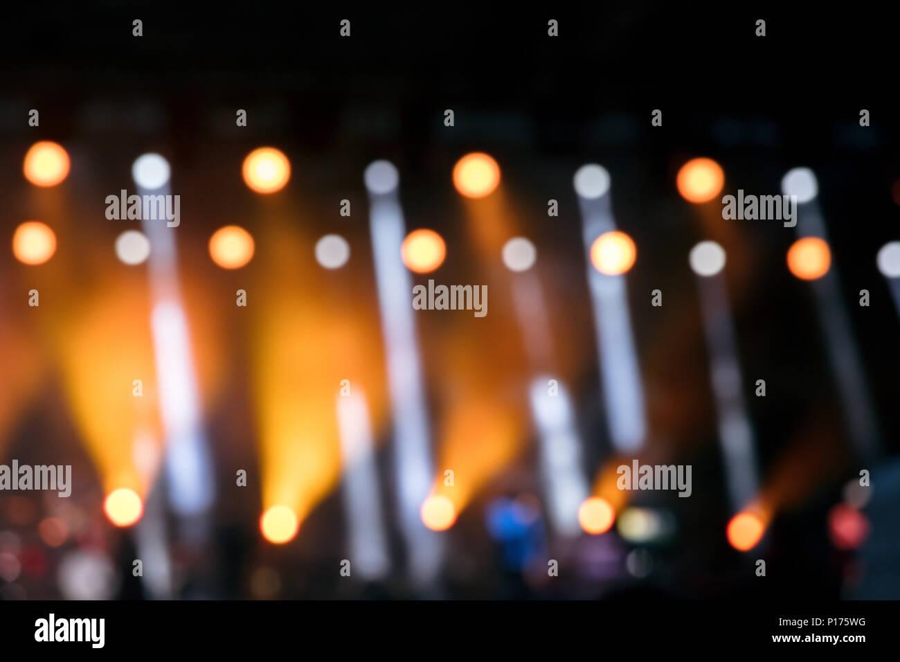 Vista offuscata di luci da palco durante il concerto di