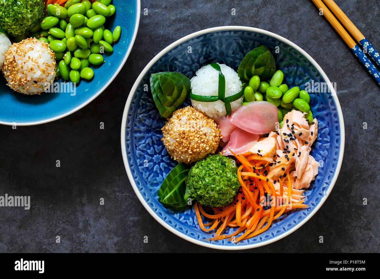 Giapponese sushi onigiri polpette di riso con salmone e semi di soia Immagini Stock