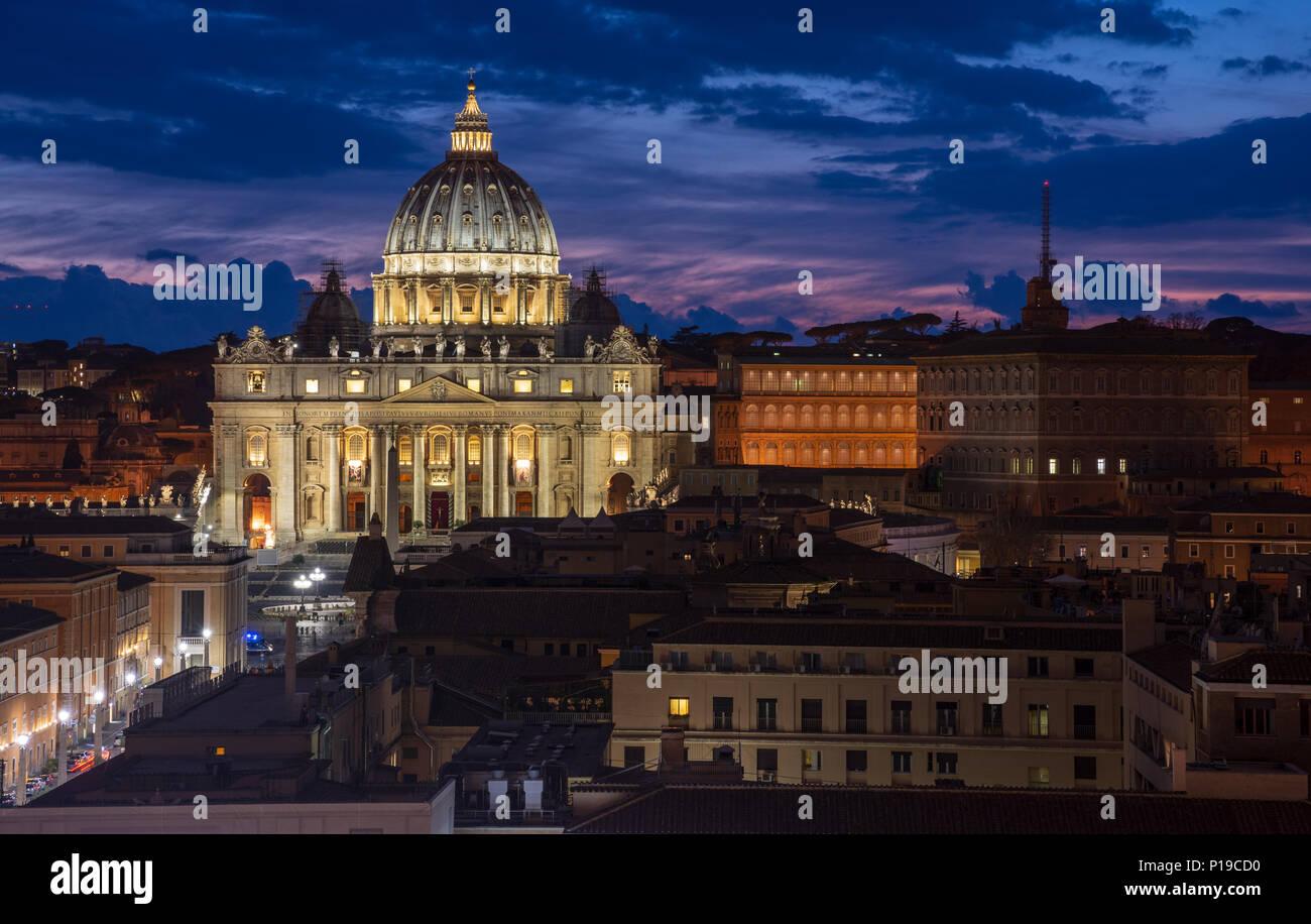 Roma, Italia - 24 Marzo 2018: la Basilica di San Pietro e la Città del Vaticano sono accese fino al tramonto. Immagini Stock