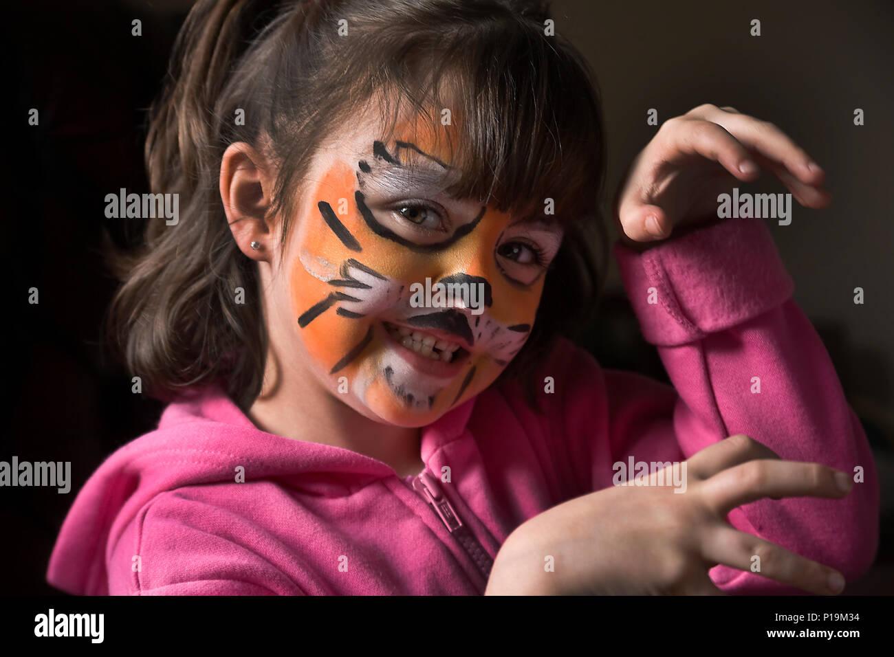 new style a8210 1c04f Bambina con la tigre face painting imitando tiger ringhio ...