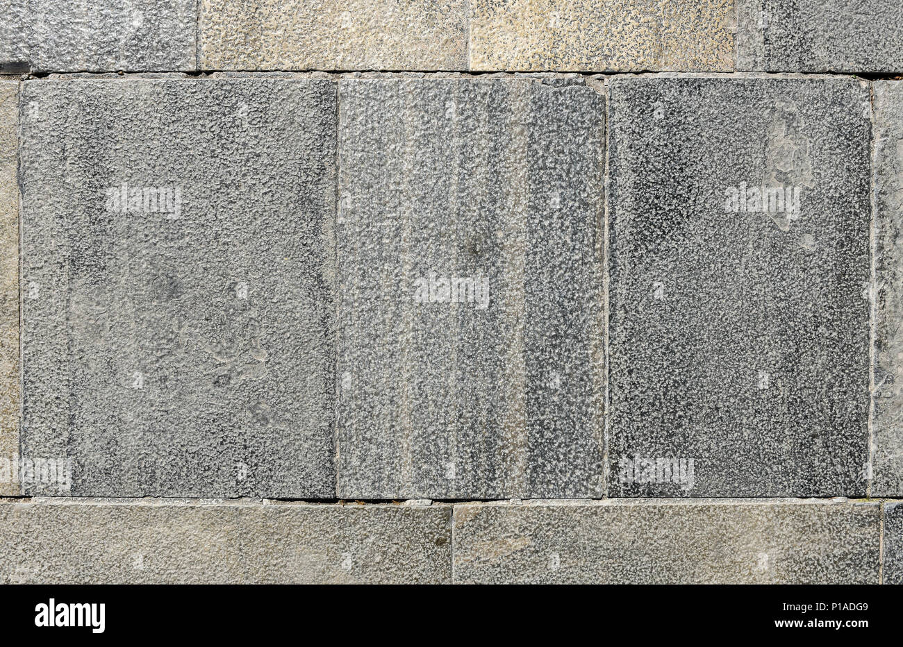 Sporco al di fuori del vecchio terrazza di granito piastrelle