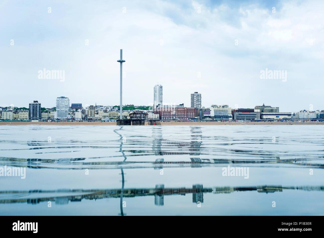 Brighton Seafront punto di vista dal mare, in fondo è una calma vetro come mare piatto di mezzo è lo skyline di Brighton, Regno Unito, con l'I360 vie Immagini Stock