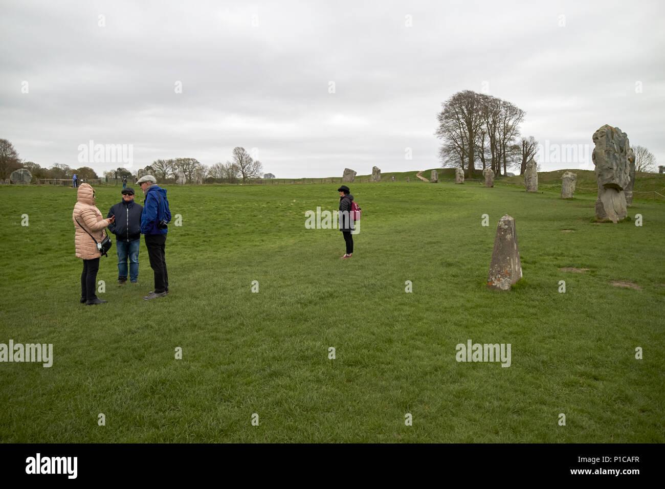 I turisti in un freddo giorno di visita di avebury circoli di pietra Wiltshire, Inghilterra Regno Unito Immagini Stock