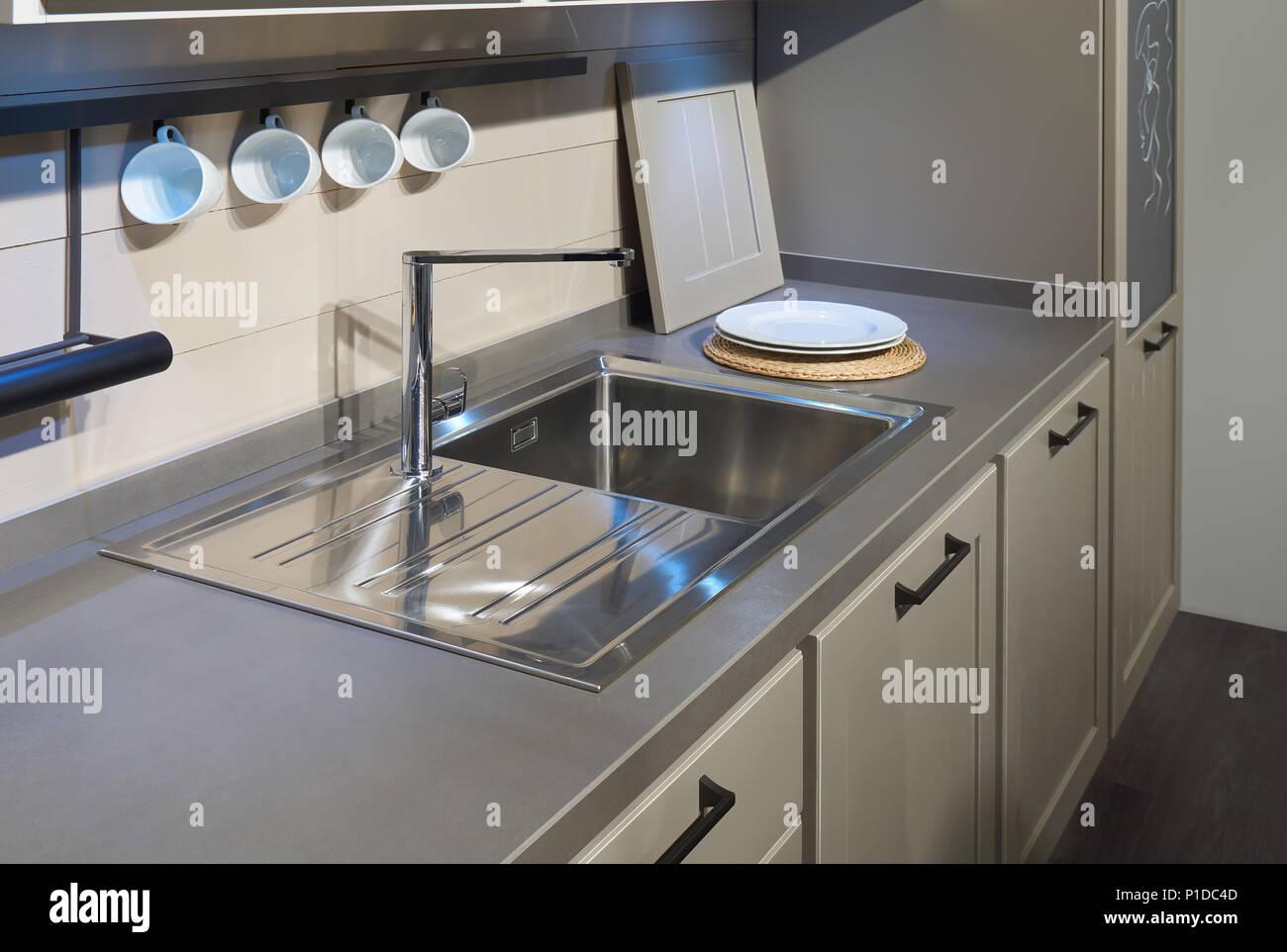Cucina moderna mobili, ancora in acciaio inox lavello, miscelatore ...