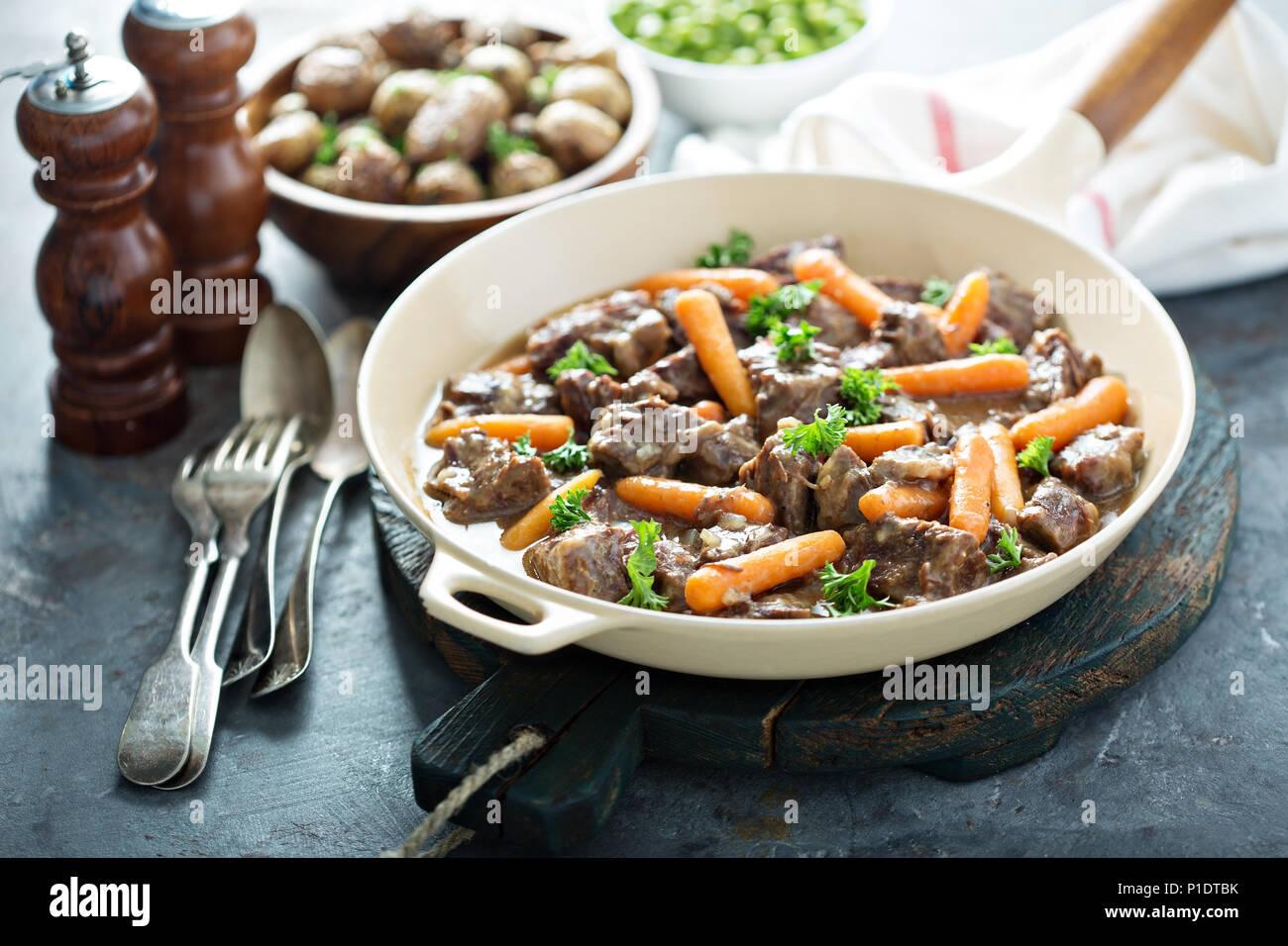 Stufato di manzo con carote e prezzemolo Immagini Stock