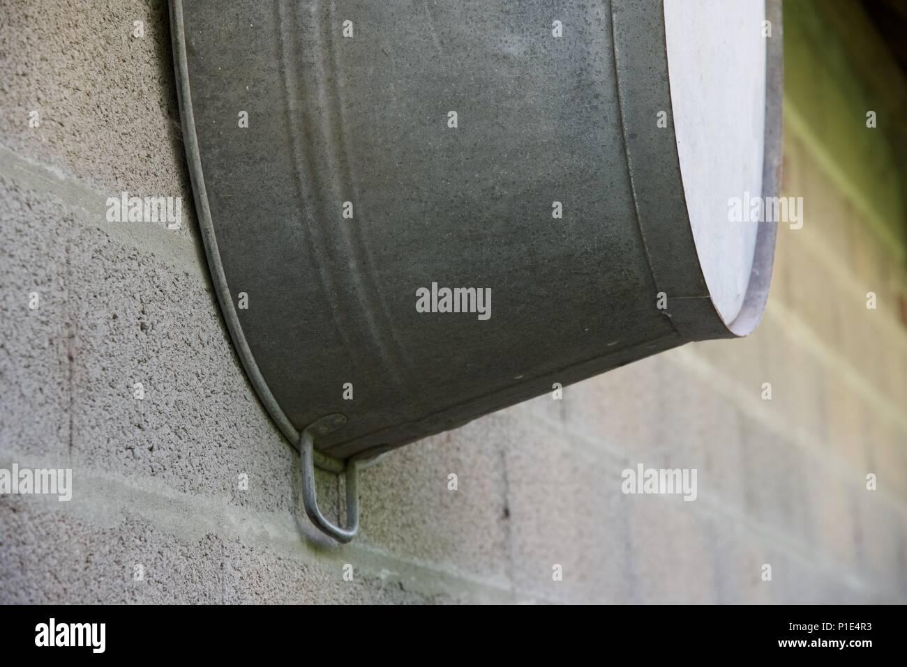 Vasca Da Bagno Zincata : Vasca galvanizzato: una vasca zincata o bagno appeso su un