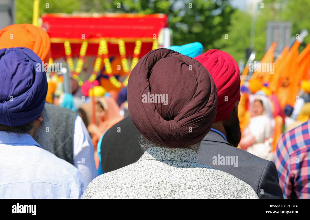 Vecchi uomini sikh con turbanti sulla loro testa durante una cerimonia religiosa. Turbante è un importante simbolo religiuous per la cultura indiana Immagini Stock