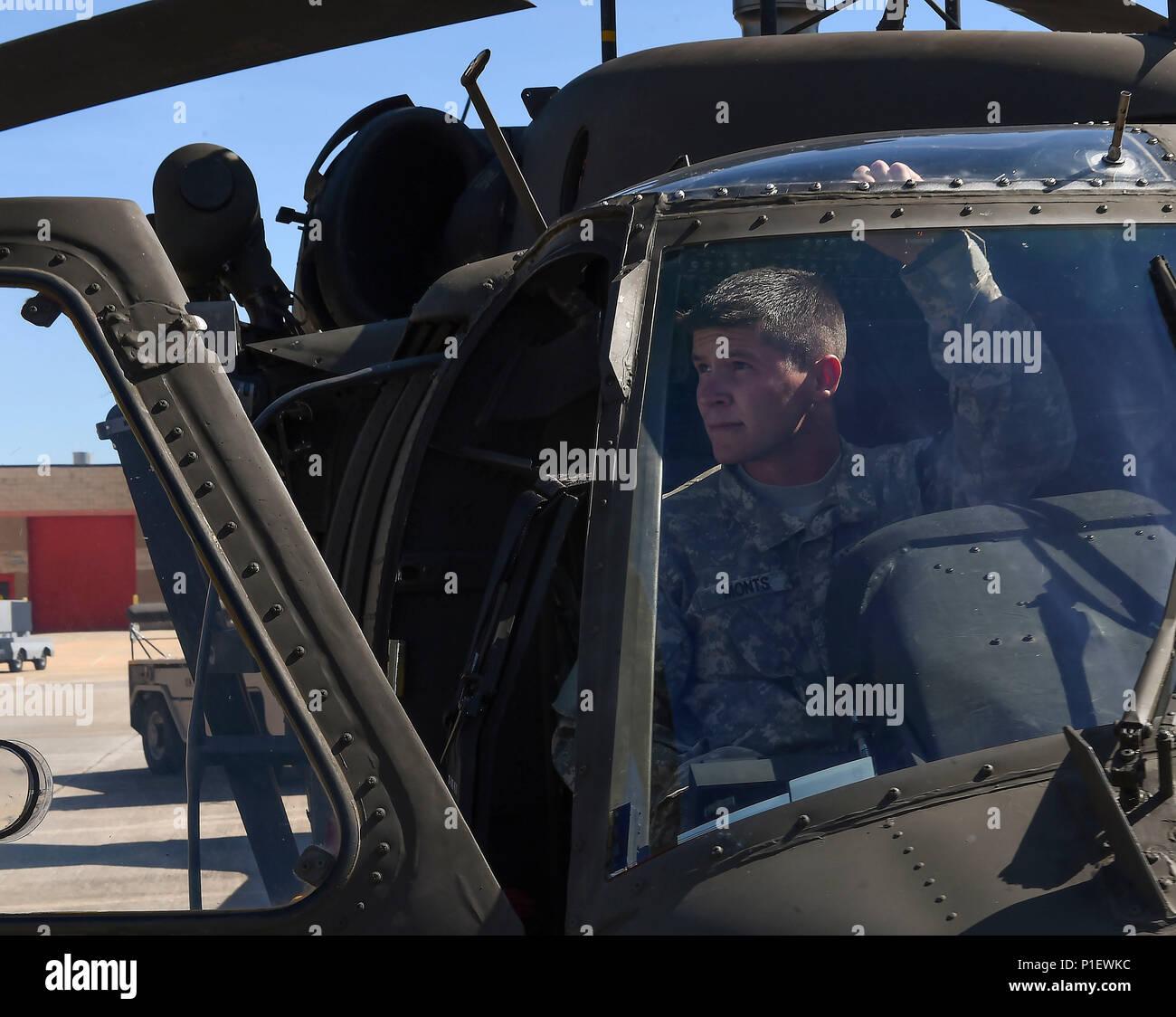L Elicottero Posizione : Stati uniti army spc tyler monds un uh black hawk capo
