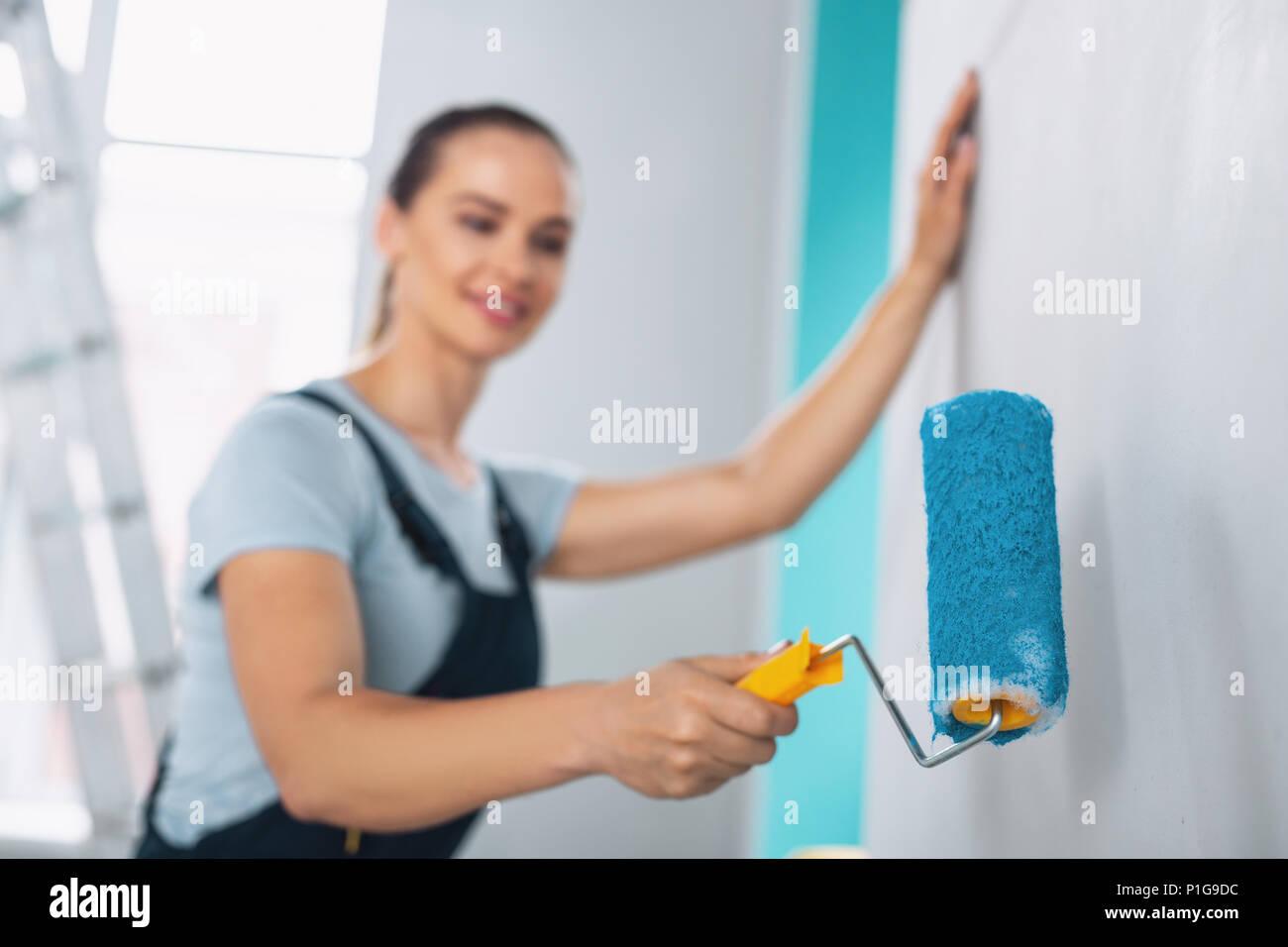 Ispirato pittore pittura le pareti in blu Immagini Stock