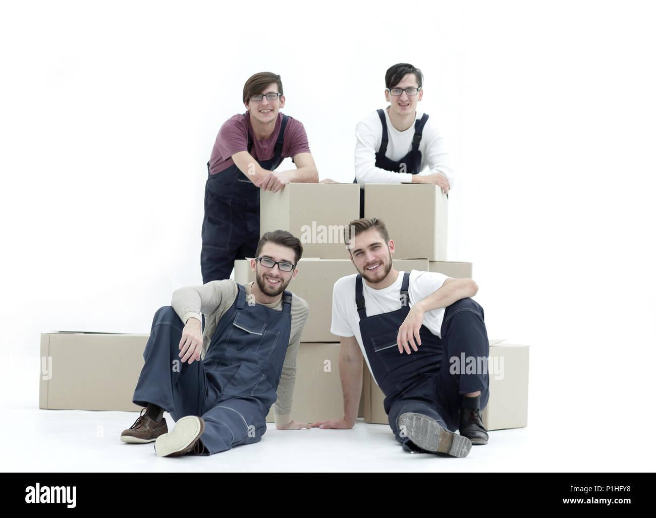 Soddisfatti e orgogliosi movers appoggiato sulla pila di scatole isolate su Immagini Stock