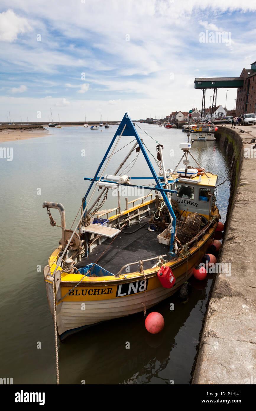 Pozzetti-next-il-Mare, Regno Unito - 4 Aprile 2011: piccolo peschereccio ormeggiata in banchina in pozzetti-next-Mare, Norfolk, Inghilterra. Il distincti Foto Stock