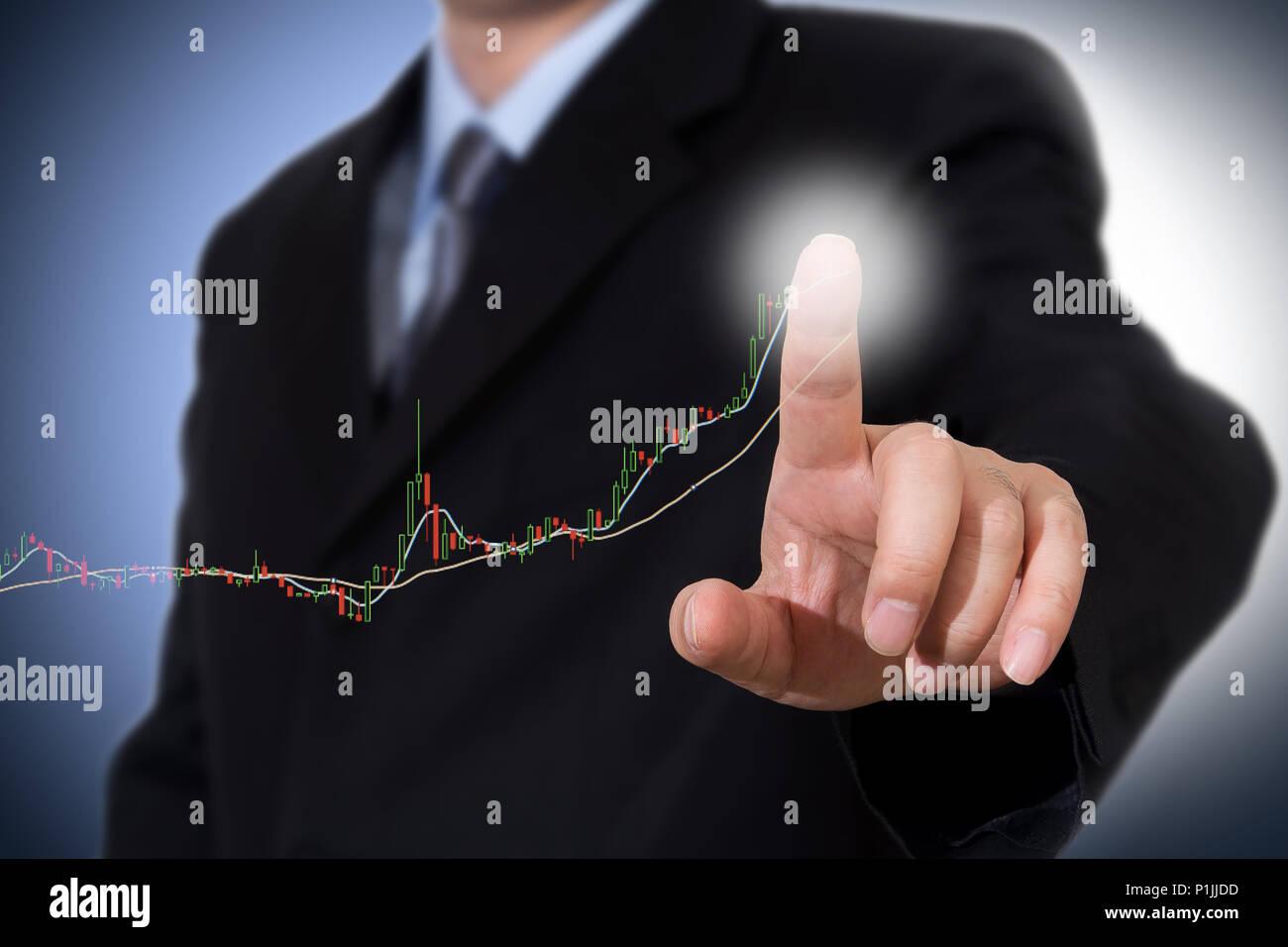 Imprenditore toccando un grafico indicante la crescita. Immagini Stock