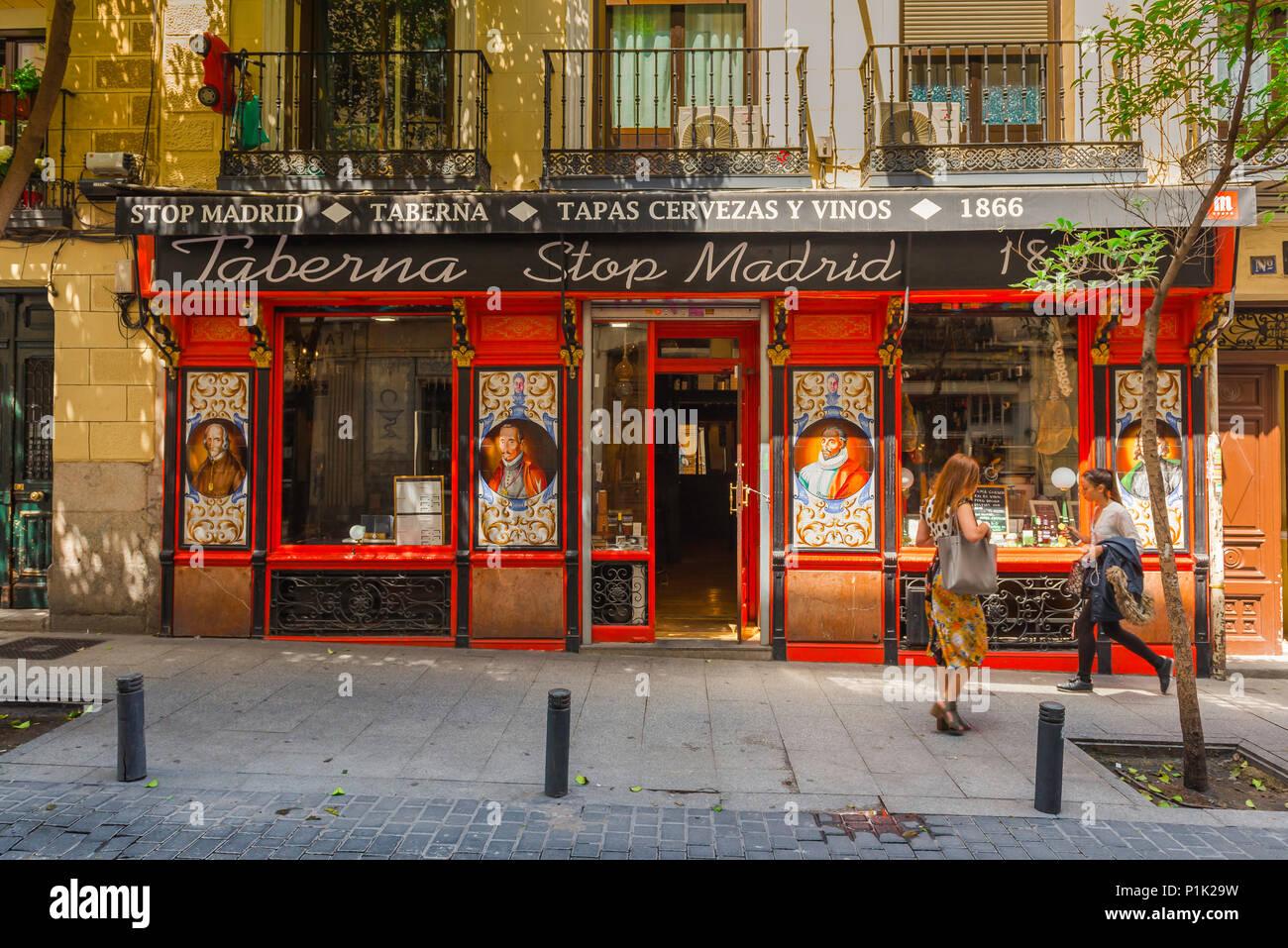 Vista la colorata davanti a un bar nella zona Huertas di Madrid, Spagna. Immagini Stock