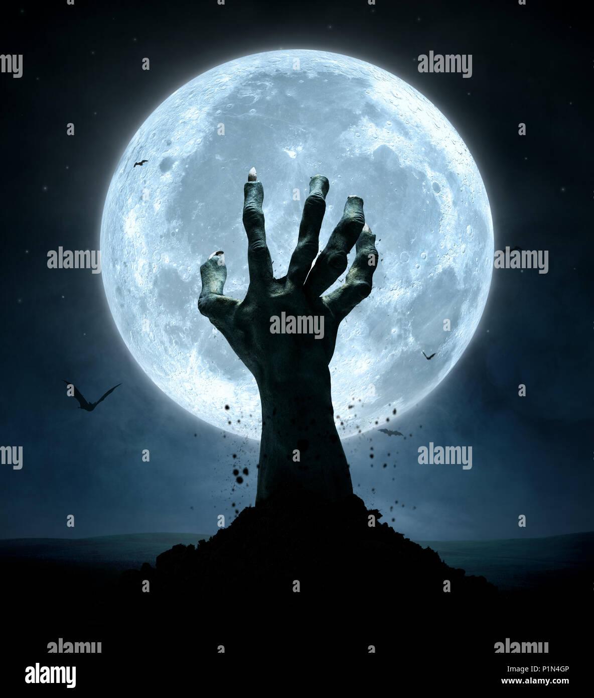 Concetto di Halloween, zombie mano che esce dal suolo Immagini Stock